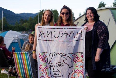 HAKUNA MATOMA: Jentene klarte å kapre seg detta flagget frå Matoma-konserten. F.v. Anne Bjørg Ryssdalsnes Dombestein (17), Annika Solheim (17) og Mia Kristine Sunde (17).