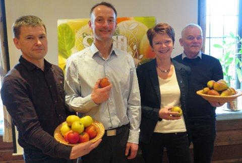MEIR FRUKT OG BÆR: F.V: Sigurd Molvik, Anders Felde, Ragnhild Helgheim og Stein Harald Hjeltnes på landbruksmessa AgroNordVest i Loen. Der starta prosjektet om å få fleire bønder til å satse på frukt og bær opp.