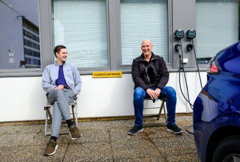 PÅ LADING: Sander Tonheim og Roy Arne Flo ved Auto 8-8 Forum tar seg ein pust i bakken medan dei ladar ein demobil.