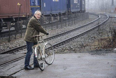 VIL HA SYKKELVEI I: Jan Henrik Lund, leder Syklistenes Landsforening Fredrikstad, ønsker seg gang- og sykkelvei i dagens jernbanespor mellom Seut og Råde når nytt dobbeltspor er på plass og det gamle sporet er frigitt. Foto: Geir A. Carlsson