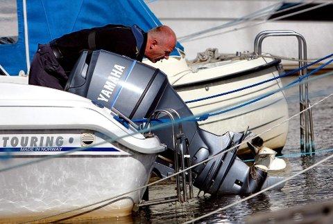 ADVARER: Oktober er høysesong for tyverier av båtmotorer. Politiet ber båteiere være på vakt.