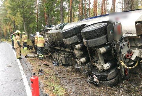 VELTET: Den ene Kamperhaug-bilen veltet etter sammenstøtet.