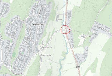 Lekkasje: Ifølge kommunen var det en større vannlekkasje i krysset (rød ring) mellom Veumveien og Ambjørnrødveien som førte til tørre rør og kraner for beboerne.