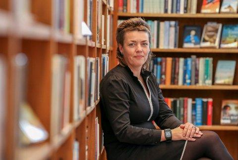 Vil låne ut mer: Tora Klevås har overtatt som biblioteksjef, og hun ser gjerne flere innom og mer utlån. For det er bare 15 prosent av byens befolkning som er innom.