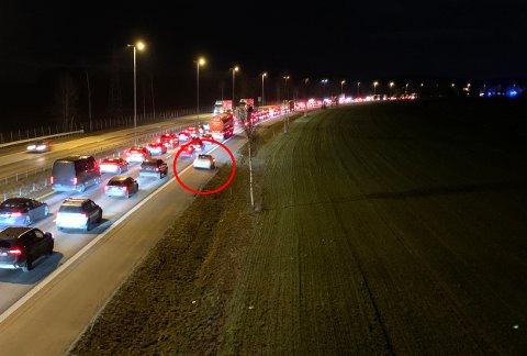 PÅ VEISKULDEREN: RB-fotograf Vidar Sandnes ble sammen med flere E6-bilister vitne til denne køsnikingen mandag kveld.