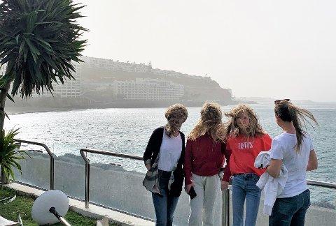 FORBLÅST: Ungene i familiene Jacobsen og Nilsen er i vinden på Gran Canaria.