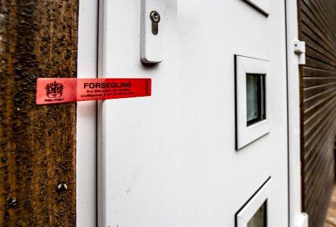 SPERRET AV: Det er bak disse dørene i et bolighus på Søndre Sandøy at politiet mener cannabisproduksjonen skal ha foregått.