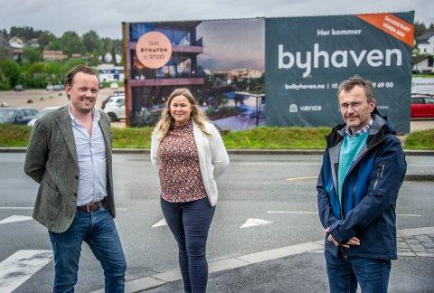 Magnus Fredriksen, prosjektleder for Værstetorvetprosjektet, Julie Elisabeth Sandvik, prosjektsjef for bolig i Værste AS og eiendomsmegler Per Olav Borgås i Privatmegleren foran det som skal bli Byhaven.