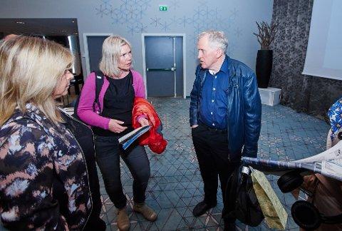 Stortingskandidat Åsunn Lyngedal i samtale med regionveisjef Torbjørn Naimak.