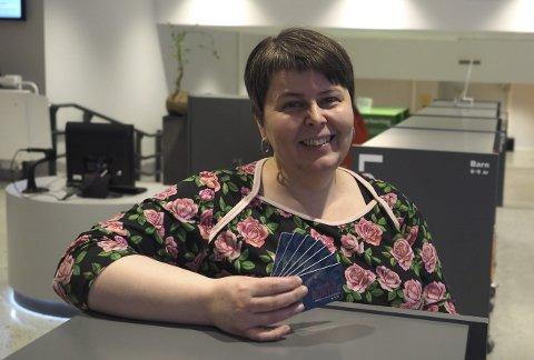 Lånekort: Biblioteksjef i Narvik, Tonje Helene Farset, anslår at de har delt ut rundt 2.000 lånekort til nye brukere siden de flyttet inn i nye lokaler. Hun er veldig fornøyd med økningen på i antall besøkende.  Foto: Ann-Kristin Hanssen