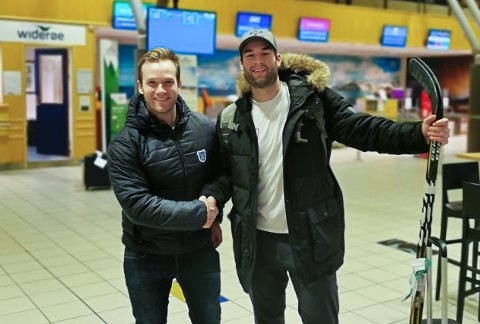 NY SPILLER: Martin Persson (t.v.) ønsker Jake Bolton velkommen til Norge.