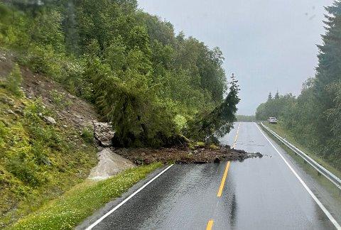 ET FELT STENGT: Det har gått et jordskred natt til lørdag som dekker ett kjørefelt på E6, cirka en mil nord for Skarberget fergekai ved Skjellesvikskaret.