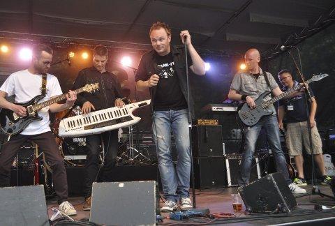 Spilte for full guffe: Band-It åpnet festen, med gamle hits som «Take On Me» og «The Final Countdown».