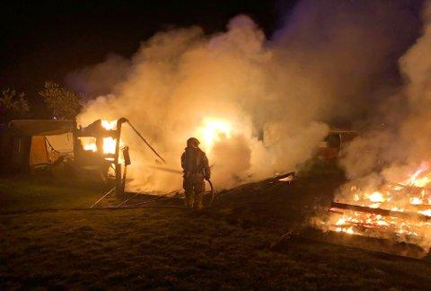 VOLDSOMT: Brannmannskapene møtte ti meter høye flammer da de ankom Borre Familiecamping.