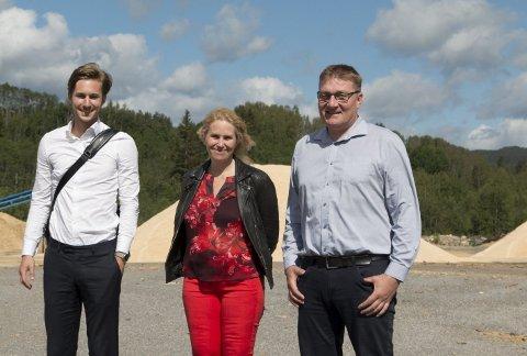 SATSER MILJØVENNLIG: Den patenterte trepelletsen fra Eidskog skal gjøre dagens kullkraftverk langt mer   miljø     vennlig. Administrerende direktør Bjørn H. Knappskog (til venstre) i Arbaflame gleder seg til å komme i gang med byggingen, og akter å bruke det nye anlegget som et utstillingsvindu for bedriften. Ronny Olsson fra Klosser Innovasjon     og Eidskog-ordfører Kamilla Thue bidrar med lokal støtte til utvidelsen. FOTO: PER HÅKON PETTERSEN