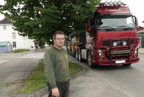 ET STORT PROBLEM: – Lindetrærne er blitt et stort problem  for oss som kjører tungbiler, sier Jan Sverre Udneseth, her ved et av problemområdene i Kaffegata.