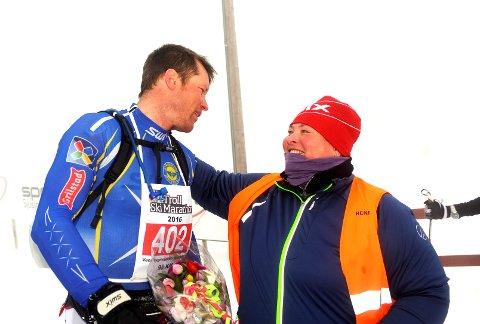 Håvard Hansen fra Strindheim vant sin sjuende seier i Troll Ski Marathon. Her sammen med rennleder Turi Elise Kaus.