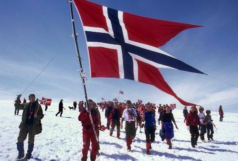 NASJONALDAGEN: 17. mai feires også i fjellet, som her fra toppen av Hardangerjøkulen. (Foto: Helge Sunde / NTB scanpix)