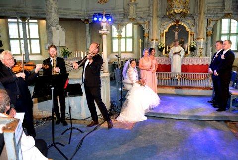 Storveis. Arve Tellefsen, Øystein Rudi, Kjetil Bjerkestrand og Jo Asgeir Lie satte en ekstra flott ramme på bryllupet til Silje Meldal og Kai-Olav Skansgård i Sør-Fron kirke.