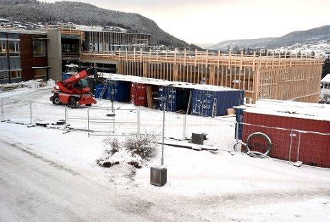 STRID: Det var under byggingen av Vinstra videregående det ble oppdaget at et eksisterende bygg manglet et fundament. Det gjorde byggingen 4,5 millioner kroner dyrere og partene har ikke blitt enige om hvem som tar regningen.
