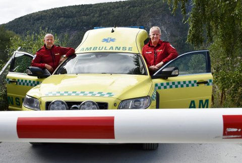 Pål Myrhaugen og Rune Bjørkheim forteller at det store antall bommer som finnes er en stor utfordring for nødetatene. (Illustrasjonsfoto fra en bom hvor det er mulig å ringe for å få den åpnet)