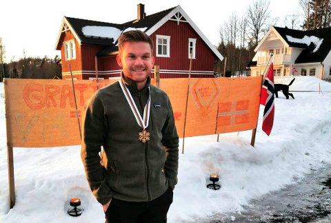 Håvard Solås Taugbøl ble møtt av naboer, flagg, fakler og hilsener da han kom hjem til Lillehammer med bronse fra VM i nordiske grener.