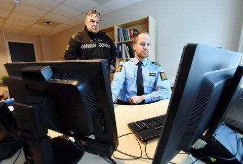 Jørn Morten Sletta (bak) her sammen med etterforskningsleder i Nord-Gudbrandsdal, Kristian Plassen.