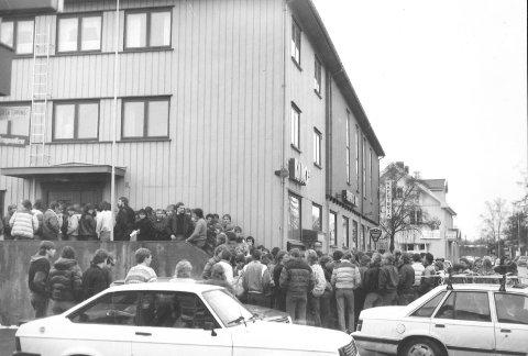 KØ: Nærmere 500 personer sto i kø for å se Rocky på Brandbu Kino i 1986.