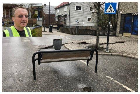 DET SKJEDDE IGJEN: Åge Lindahl måtte nok en gang rydde opp i Gran sentrum, etter at krakkene hadde blitt flyttet i løpet av natta.