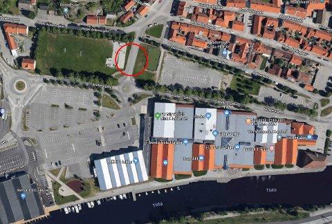REAGERER: Eivind Kolstad forstår ikke hvorfor det tar så lang tid å bedre trafikksikkerheten ved skateparken og ballbingen ved Tista Senter.