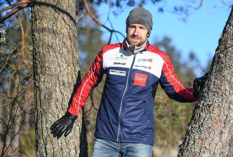 NY SJEF: Andreas Johansson er ny toppidretssjef i Halden Skiklubb. Tilbake i 2007 opplevde han et dramatisk øyeblikk, da han som HSKs førsteetappeløper valgte å stoppe for å hjelpe en skadet konkurrent i skogen.