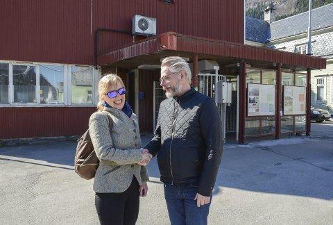 Lindeplassen: Randi Bårtvedt og Gard Folkvord, som sto på hver sin side i UNESCO-debatten, møtes for en spasertur rundt på Smelteverkstomta. Alle foto: Ernst Olsen
