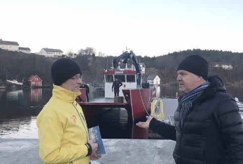 MER PENGER: KrFs Tom Landås og daglig leder i Friluftsrådet Vest Oddvin Øvernes foran arbeidsbåten «Astrid».