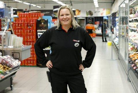KLAR: Butikksjef Anette Ertekin på Spar Vea gleder seg til å kunne tilby kundene å handle på nett.Foto: Alf-Robert Sommerbakk