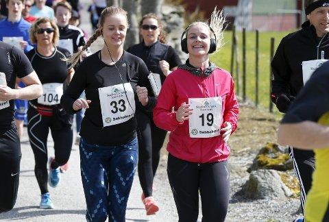 BLIDE DELTAKERE: Birgitte Rasmussen (33) og Therese Knædal (19) var blant de mange som sprang Sabbaløpet på Vea mandag.