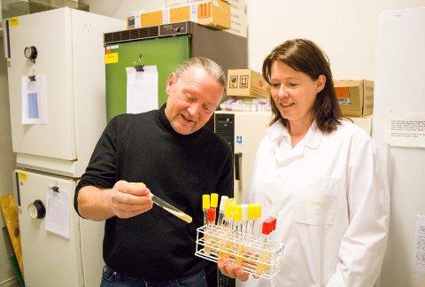 NYTT FORRETNINGSOMRÅDET: Daglig leder Bjørn Dybdahl og kvalitetsleder Venke Dahlberg i Petrotech vil ha flere mikrobryggerier på kundelista.