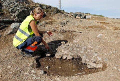 MYE ANNET: Sigrid Alræk Dugstad gledet seg til å grave steinalderboplasser. – Så fikk vi mye annet å gjøre i tillegg, med disse spennende jernalderfunnene, sier hun. Her ved en kokegrop fra cirka 300 e. Kr.
