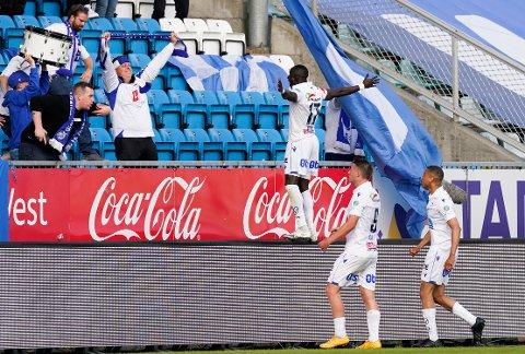 JUBLET MED FANSEN: Ibrahima Wadji feiret 1-0-scoringen mot Brann foran Maakeberget.