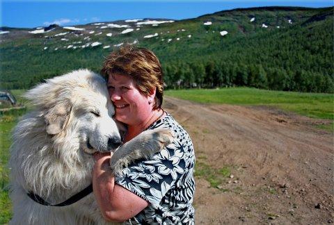 FJERNT: Sauebonde Laila Hoff mener stadig flere vil verne rovdyr fordi de ikke har møtt dem selv. Her sammen med hunden Elvis.Foto: Frid Kvalpskarmo Hansen