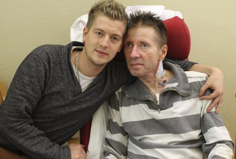 Ms-syk: Magnus sammen med pappa Morten Moen. Faren døde i januar 2016. Arkivfoto: Benedicte Wærstad