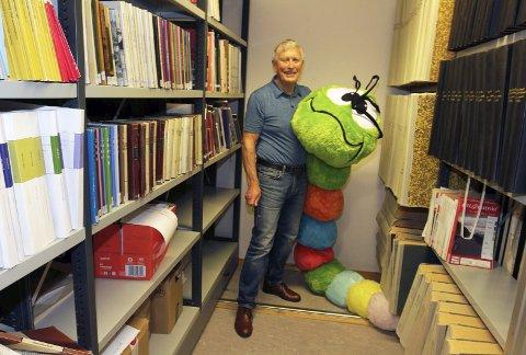 Bokormene: Tor Fredrik Saue er stadig innom Vefsn bibliotek for å lese aviser og ikke minst gammelt nytt. Fredag ble den Nasjonal bibliotekdag arrangert for å skape oppmerksomhet rundt bibliotekets rolle og vise hva biblioteket egentlig gjør. Foto: Stine Skipnes