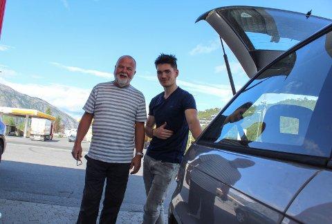 Dyrt: F.v.: Helge Hjulstad og Markus Strøm synes at drivstoffprisene er veldig høye.