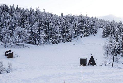 BARNEBAKKEN: Planen var å åpne hele Kjemsåsen alpinanlegg til helga, men det blir sannsynligvis bare barnebakken (bildet). FOTO: PER VIKAN