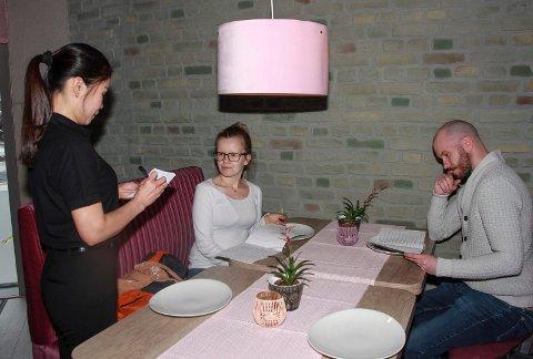 Nancy Vestre tar opp bestilling fra Ella Klemetsson og Ken Robin Slaatrem