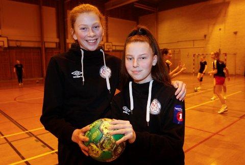HØYDEPUNKTET: Marie Larem Næstby (t.v.) kaptein på J16 og Sara Halkjelsvik kaptein på J15 gleder seg til å spille, men de gleder seg like mye til å se Norge møte Frankrike søndag.