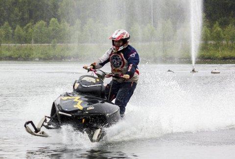 STORT OMFANG: Watercross er en populær sport nord i Norge, Sverige og Finland, men relativt ukjent lenger sør. Sporten kan få mer nasjonal publisitet når Kirkenes Motorklubb arrangerer EM 22. august. Under Kirkenesdagene var klubben vertskap for NM. Alle foto: Stian Hansen