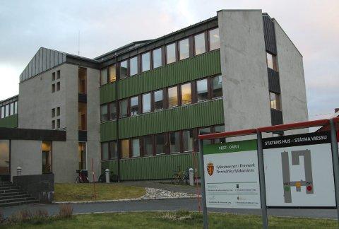 Mørke kontorer: Etter tre år er det blitt mange ledige og mørke kontorer hos Skatt nord i Vadsø, som har kontorer her i andre og tredje etasje. foto: Henriette Baumann sand