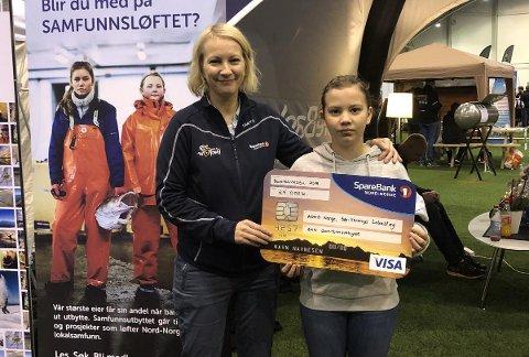 ARTIGE AKTIVITETER: Katja Sofi tok imot pengene fra Sparebank1 Nord-Norge til ADHD-foreningen i Sør-Varanger. Hun er en av dem som gleder seg over alle aktivitetene foreningen arrangerer.