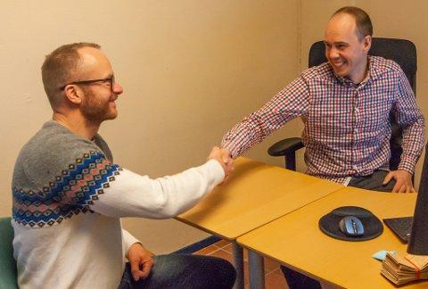 BYTTER LEDER: Martin Johansen (t.h) tar over etter Egil Liberg som daglig leder i Lakselv grunneierforening. Han overtar dermed forvalteransvaret for en av landets mest populære lakseelver.
