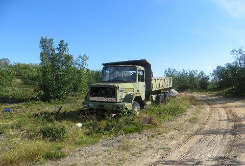 FORSØPLER: Slik har denne gamle lastebilen stått i cirka 15 år i Gievdneguoika i Kautokeino.